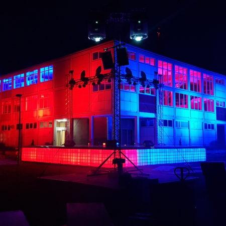 IBC led tanks als deel van  podium en decor blauw rood
