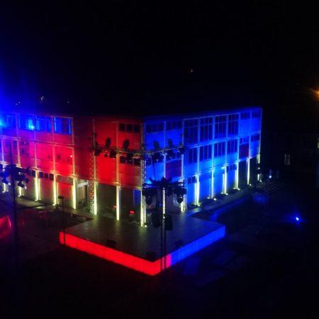IBC led tanks als deel van  podium en decor rood blauw.