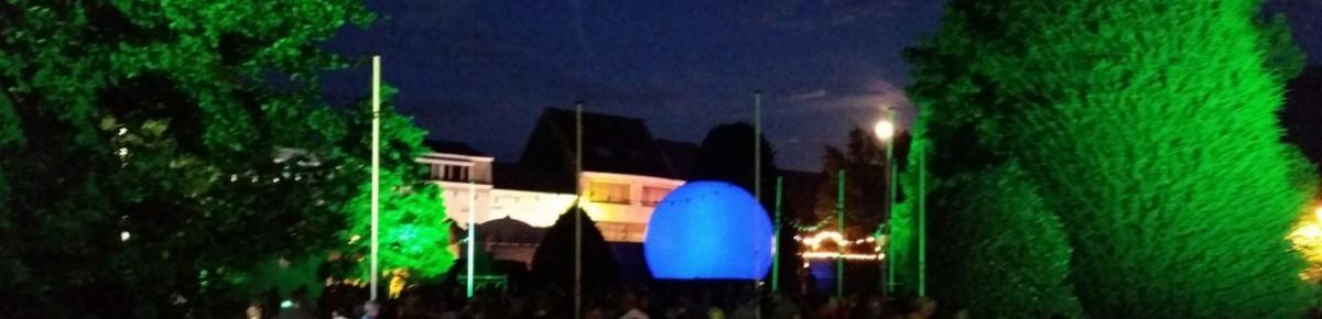 België buiten lasershow Aartselaar met projectiebol bomen uitgelicht
