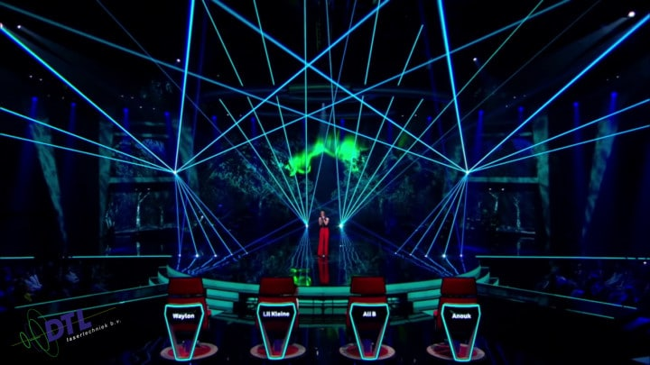 The Voice of Holland - lasershow - Mikki van Wijk zingt Omarm me