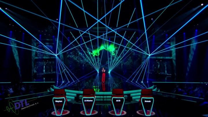 The Voice of Holland - lasershow - Mikki van Wijk zingt Omarm me
