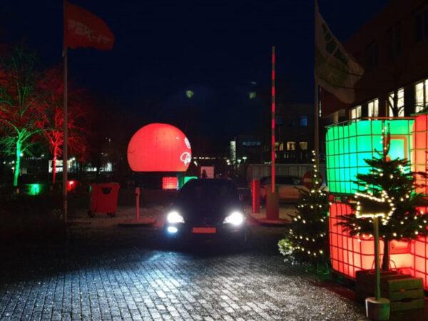 PeakIT-uitreiking-kerstpaketten-drivethru-buitenshow-projectiebol-ledtanks (3)